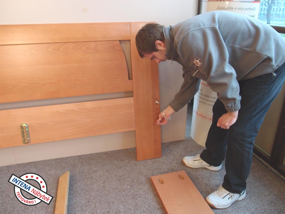 Našroubování kovových čepů do čel postele