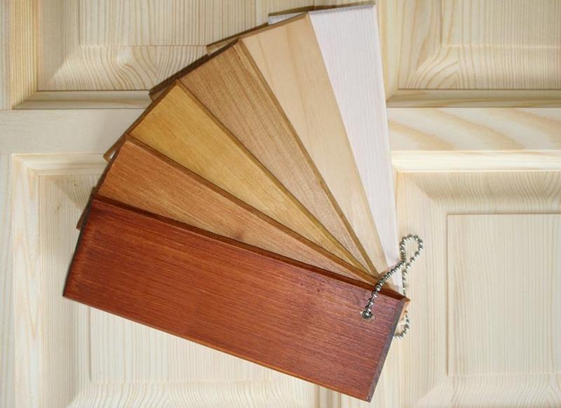 Lakované i olejované postele jsou k dispozici v několika odstínech