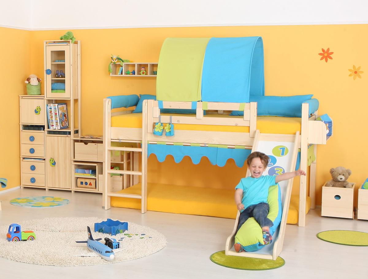 Zvýšená dětská postel s klouzačkou