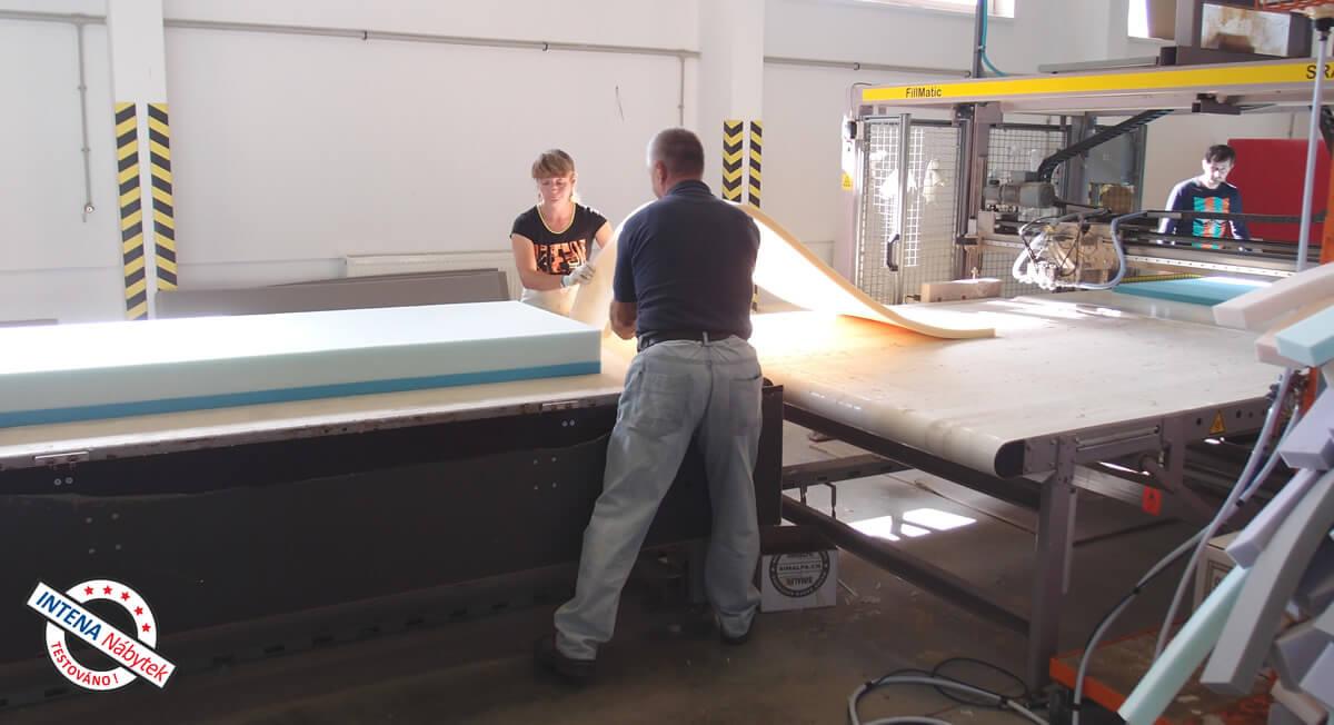 Jak probíhá výroba matrace - skládání vrstev pěn